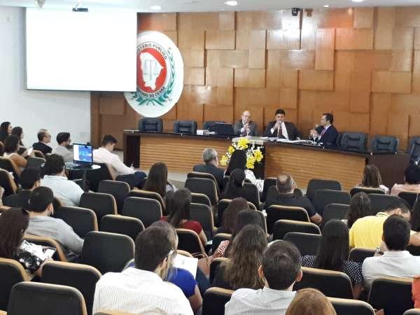 O Procurador-Geral, Juvêncio Viana, se mostrou extremamente feliz em participar do seminário e debater acerca do Novo Código Processual, com ênfase nas inovações que propiciam a solução das controvérsias e o sistema de precedentes introduzido pela nova lei.
